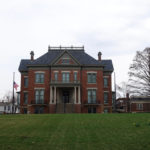 People visit the renovated mansion of Illinois Governor in a huge number