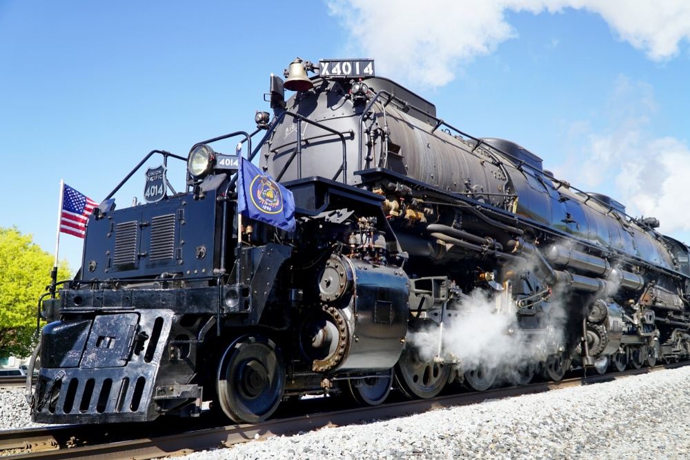 Dozens say goodbye to Big Boy, world's largest steam train, as it leaves Chicago